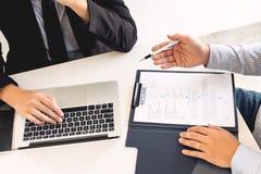 Концепция собеседования для приема на работу и рабочего места, выбранный встречи бизнесмен объясняя об его профиле и ответ мамам  стоковое фото
