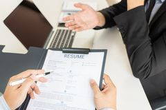 Концепция собеседования для приема на работу и рабочего места, выбранный встречи бизнесмен объясняя об его профиле и ответ мамам  стоковые фотографии rf