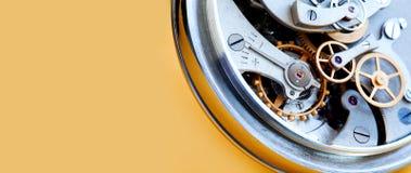 Концепция соединения колес шестерней cogs механизма хронометра секундомера Взгляд макроса передачи часов Малая глубина  Стоковое фото RF