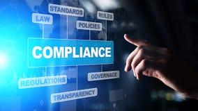 Концепция соответствия со значками и текстом Регулировки, закон, стандарты, требования, диаграмма проверки на виртуальном экране стоковые изображения