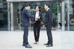 Концепция сотрудничества рукопожатия бизнесмена и женщины говоря Стоковые Фото