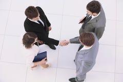 Концепция сотрудничества: деловые партнеры тряся руки после si Стоковое Фото