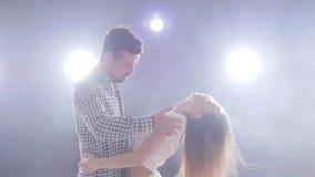 Концепция социальных танца и отношений bachata красивых молодых танцев пар чувственное сток-видео