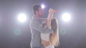 Концепция социальных танца и отношений bachata красивых молодых танцев пар чувственное акции видеоматериалы