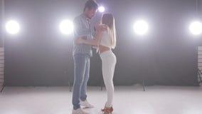 Концепция социальных танца и отношений bachata красивых молодых танцев пар чувственное видеоматериал