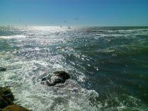 Концепция солнечного дня и потехи бурного моря Стоковые Изображения RF