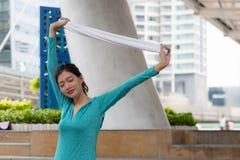 Концепция спорта йоги: концентрация молодых женщин в exercis здоровья стоковое изображение