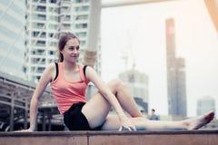 Концепция спорта йоги: концентрация молодых женщин в exercis здоровья стоковые фото