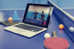 Концепция спорта пингпонга настольного тенниса видео- консультационная Стоковые Фотографии RF