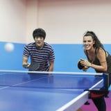 Концепция спорта друзей пингпонга настольного тенниса Стоковые Фотографии RF