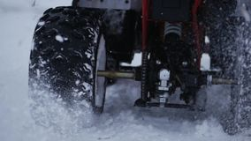 Концепция спорт, здоровое воссоздание Квадрацикл велосипед в снеге Спорт концепции сток-видео