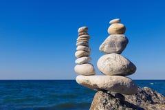 Концепция сработанности и баланса Дзэн утеса на предпосылке su Стоковая Фотография