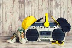 Концепция стиля хмеля музыки тазобедренного Винтажный аудио игрок с наушниками, модной крышкой, тапками и солнечными очками стоковая фотография rf