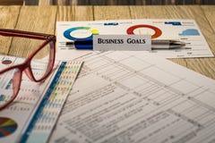 Концепция стратегии налога на ценные бумаги целей бизнеса с диаграммами и диаграммами на деревянной доске Стоковое Фото