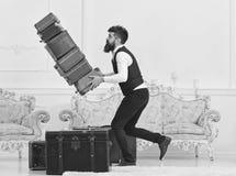 Концепция страхования багажа Портер, дворецкий случайно споткнулся, падающ куча винтажных чемоданов Человек с бородой и стоковые фотографии rf