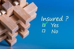 Концепция страхования головоломка с вопросом - застрахованный и 2 ответа - да или нет Стоковые Изображения RF