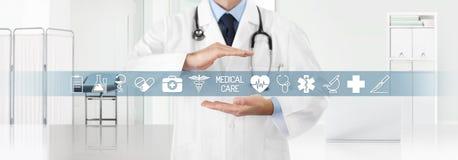 Концепция страхования медицинского охвата, доктор рук покрывая символы и значки с клиникой на заднем плане, космос экземпляра и с стоковое фото rf
