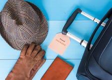 Концепция страхования перемещения Чемодан, шляпа, перчатки, случай пасспорта, бирка страхования Текст бирки страхования легко мен Стоковое Изображение
