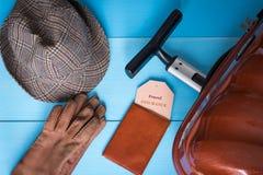 Концепция страхования перемещения Чемодан, шляпа, перчатки, случай пасспорта, бирка страхования Текст бирки страхования легко мен Стоковые Изображения RF
