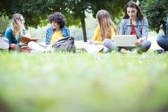 Концепция студентов приятельства друзей подростков Стоковые Изображения
