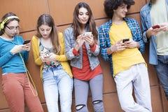 Концепция студентов приятельства друзей подростков Стоковое Фото