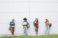 Концепция студентов приятельства друзей подростков Стоковые Изображения RF