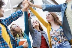 Концепция студентов приятельства друзей подростков Стоковое фото RF