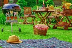 Концепция сцены партии семьи барбекю лета с гостеприимсвом знака Стоковое фото RF