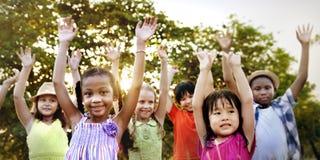 Концепция счастья единения приятельства детей усмехаясь стоковые изображения rf