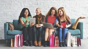 Концепция счастья женственности женщин ходя по магазинам онлайн Стоковое фото RF