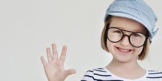 Концепция счастья потехи милой маленькой девочки усмехаясь ретро стоковые фотографии rf