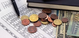 Концепция счета финансов дела сохраняя планируя бухгалтерия, вычисления дела, считать наличных денег стоковая фотография rf