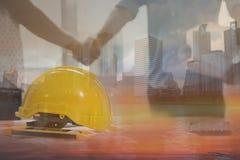 Концепция сыгранности, команда архитектуры тряся руку в жулике здания стоковые изображения