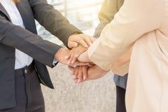 Концепция сыгранности успеха, бизнесмены соединяя город рук Стоковое Фото