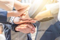 Концепция сыгранности успеха, бизнесмены соединяя руки Стоковое фото RF