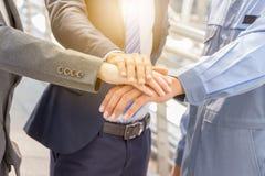 Концепция сыгранности успеха, бизнесмены соединяя bac города рук Стоковое фото RF