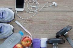Концепция с идущими ботинками, полотенце фитнеса, бутылка воды, appl Стоковое Изображение RF