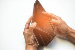 Концепция сломала человека показывая его черный бумажник без денег на whit Стоковые Изображения RF