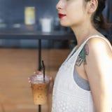 Концепция татуировки релаксации питья Coffeeshop женщины стоковое изображение