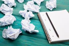 Концепция творческих способностей - блокнот, карандаш и скомканная бумага на сини Стоковая Фотография