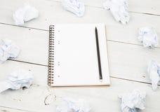 Концепция творческих способностей - блокнот, карандаш и скомканная бумага на белизне Стоковые Изображения