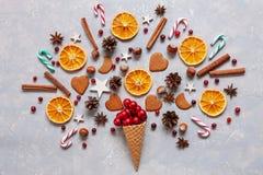Концепция творческих способностей рождества с красными шариками, тросточками конфеты, печеньями, специями, сухими оранжевыми куск стоковая фотография rf