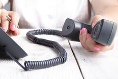 Концепция телефона центра телефонного обслуживания или офиса, женский номер прессы пальца на phonepad стоковые фото