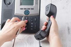 Концепция телефона центра телефонного обслуживания или офиса, женский номер прессы пальца на phonepad стоковое изображение