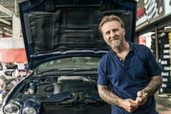 Концепция техника механика ремонтной мастерской ремонта автомобилей Стоковая Фотография