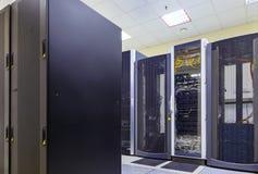 Концепция техники связи сети и интернета, интерьер центра данных, сервер кладет на полку с радиосвязью стоковое изображение