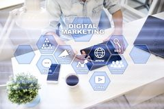 Концепция технологии маркетинга цифров Интернет Онлайн Поисковая оптимизация SEO SMM рекламировать стоковые изображения rf