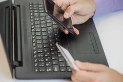 Концепция технологии, покупок, банка, дома и образа жизни Стоковые Изображения RF