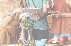 Концепция технологии таблетки цифров еды единения приятельства Стоковое Изображение
