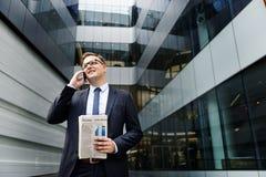 Концепция телефона бизнесмена работая говоря Стоковое Фото